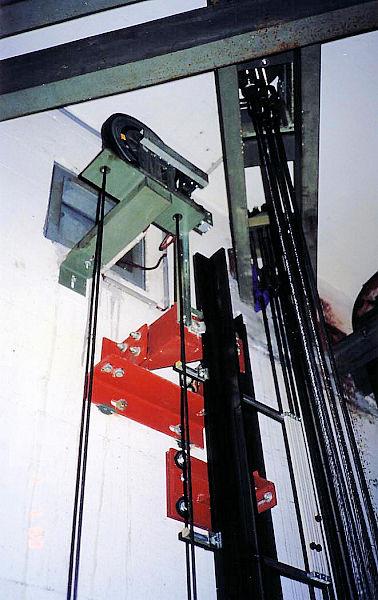 monte charge 300 kg avec treuil de 25m surrail et chevaleten location images frompo. Black Bedroom Furniture Sets. Home Design Ideas